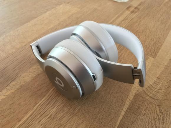 So schön lassen sich die Beats-Kopfhörer falten – recht luxuriös...